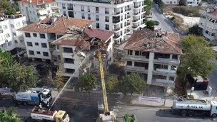 Büyükçekmece'de risk taşıyan 3 bina yıkıldı