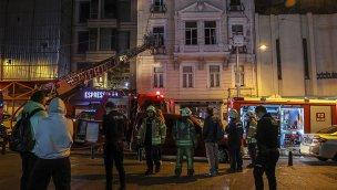 Beyoğlu'nda 6 katlı iş merkezinde çıkan yangın söndürüldü