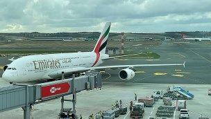 """""""Dünyanın en büyük yolcu uçağı"""" İstanbul Havalimanı'na iniş yaptı!"""