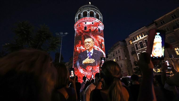 Galata Kulesi, 15 Temmuz'a özel olarak ışıklandırıldı!