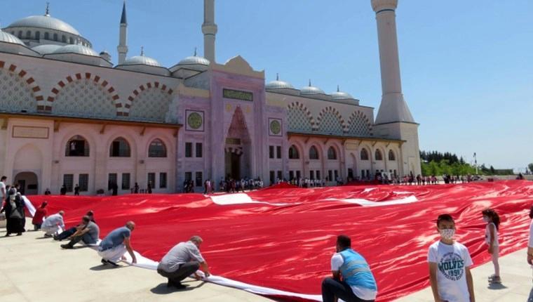 Çamlıca Camisi'nde 2 bin 71 metrekarelik Türk bayrağı açıldı