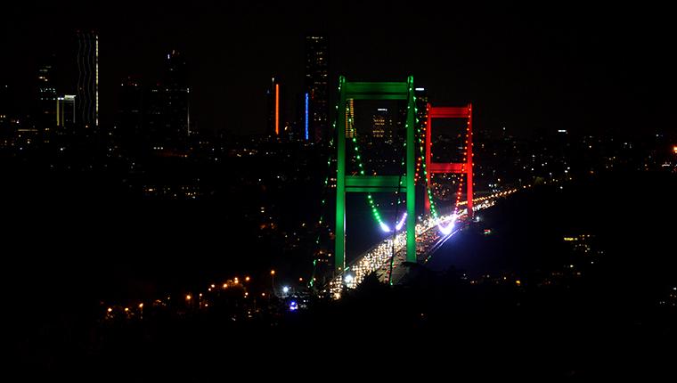 İstanbul'un iki köprüsü Tacikistan bayrağının renkleriyle aydınlatıldı