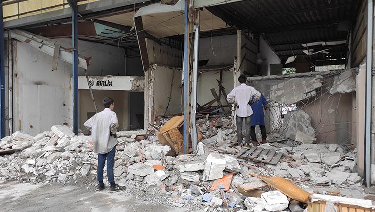Rami Kuru Gıda Hali'nde boşaltılan dükkanların iç kısmı yıkıldı